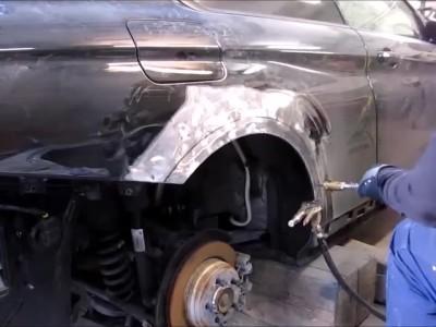 Επισκευάζει μια κατεστραμμένη Lamborghini