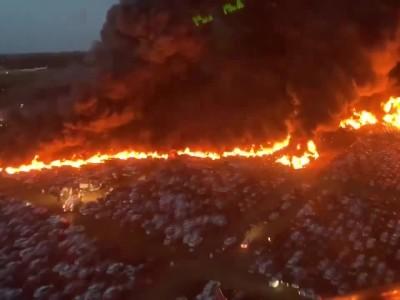 Τεράστια πυρκαγιά σε πάρκινγκ αυτοκινήτων στη Φλόριντα